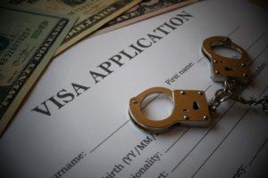 Bạn có bị cấm nhập cư vào Mỹ nếu đã từng bị kết án không?